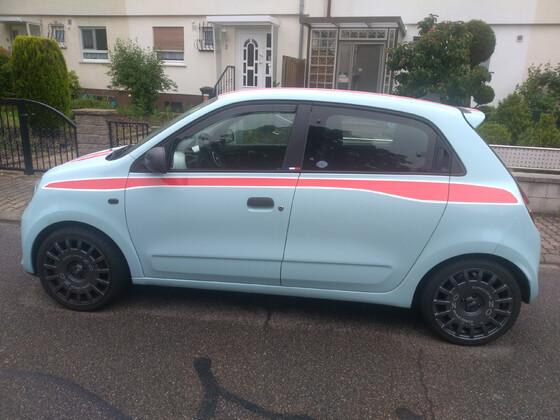 Twingo hellblau mit rot - weißen Streifen vom Folierer + OZ - Felgen